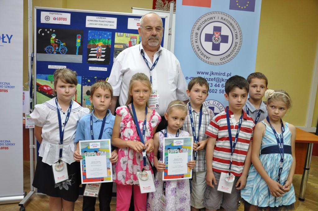 Laureaci konkursu z prezesem JKMiRD Józefem Biernackim