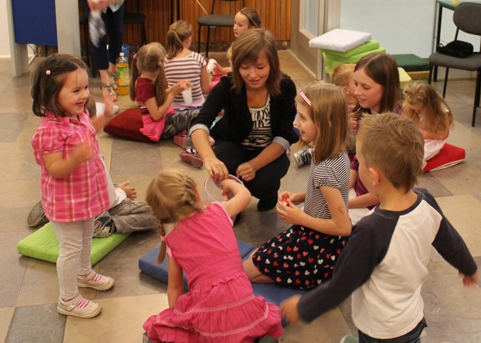 Wolontariuszka Justyna Witkoś prowadzi zajęcia z dziećmi